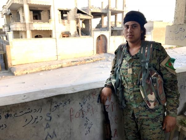 Giovane combattente curda fra le rovine di Raqqa IMG_6541