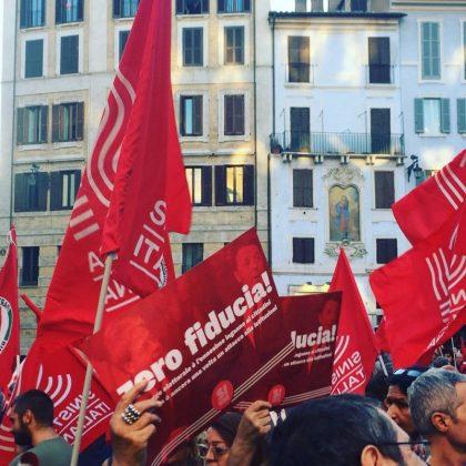 sinistra-italiana_in-piazza-a-roma-per-dire-zerofiducia-contro-il-governo-e-la-legge-elettorale-per-la-democrazia_pantheon-l-420x420