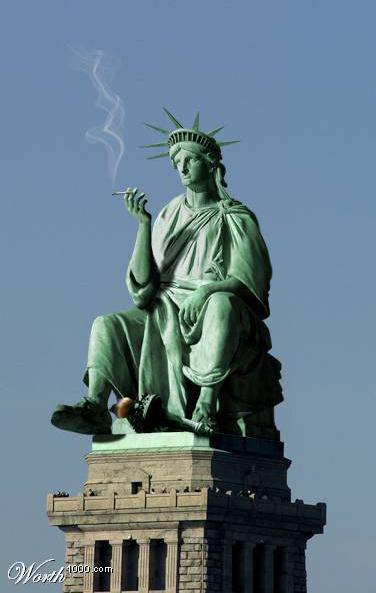 Statua_della_libertà_seduta