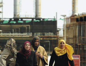 3.-Donne-davanti-alla-raffineria-Azzawiya-di-Az-Zawiyah-a-circa-50-km-da-Tripoli-300x231