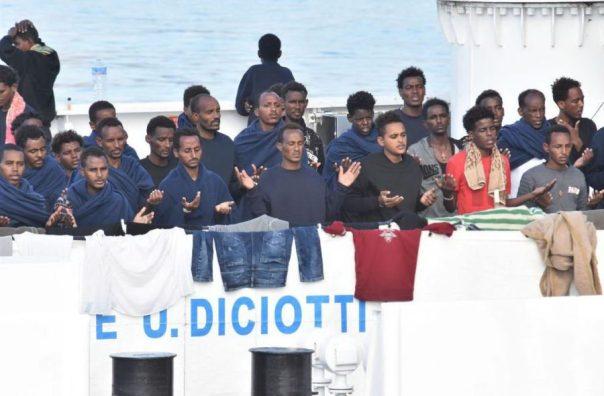 Migranti-sulla-nave-Diciotti-900x591